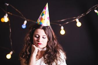 Chica joven llorando en la fiesta