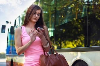 Chica joven que espera el autobús