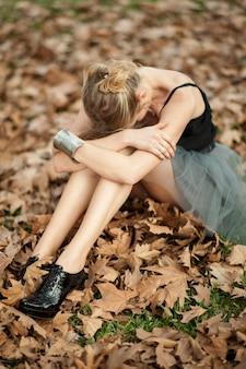 Chica llorando sobre hojas