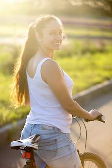 Chica montando en bici sonriendo