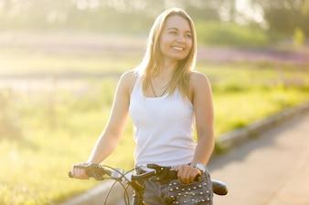 Chica rubia montando en bici