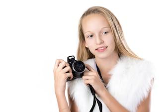 Chica rubia posando con su cámara