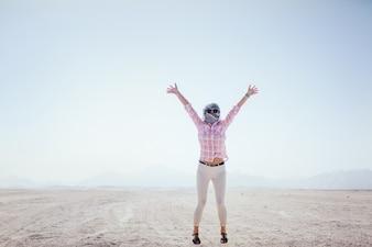 Chica salta sobre la arena en Egipto