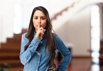 Chica seria pidiendo silencio
