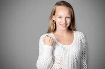 Chica sonriendo con un puño levantado