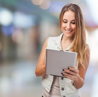 Chica sonriendo con una tablet
