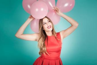 Chica sonriente con globos