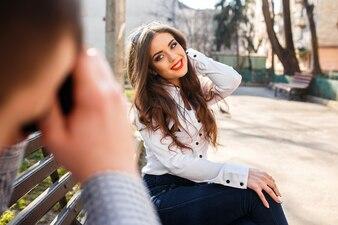 Chica sonriente tocándose el pelo