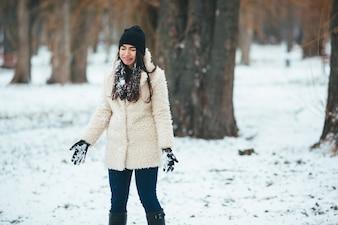 Chica triste con nieve en las manos y el pelo