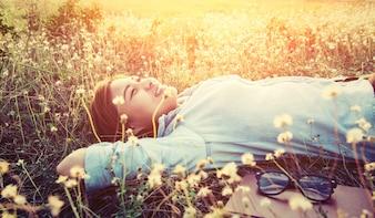 Chica tumbada en un campo