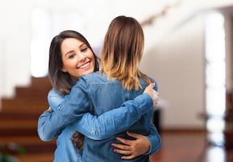 Chicas abrazándose y sonriendo