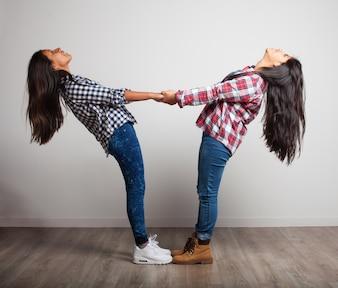 Chicas agarradas de las manos
