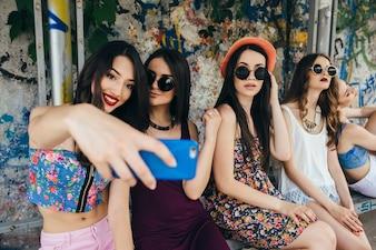 Chicas atractivas haciéndose una foto