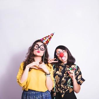Chicas de fiesta con pose divertida