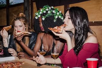 Chicas disfrutando se una pizza