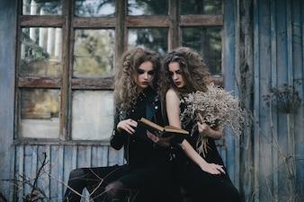 Chicas espeluznantes leyendo un conjuro