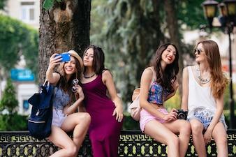 Chicas haciendo fotos