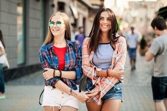 Chicas jóvenes paseando agarradas de la mano