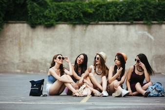 Chicas mirando a su amiga divertida