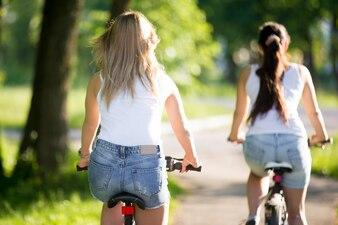 Chicas montando en bici en un fondo borroso