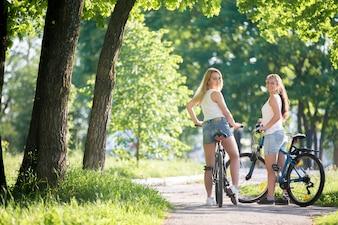 Chicas montando en bici