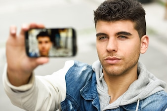 Chico atractivo haciéndose una foto