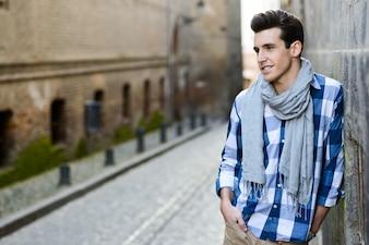 Chico casual con una bufanda gris