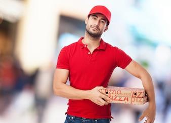Chico con gorra roja y dos pizzas