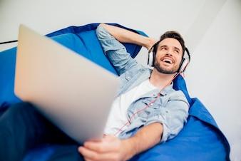 Chico guapo relajado escuchando música