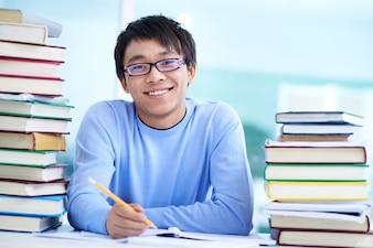 Chico inteligente haciendo sus deberes