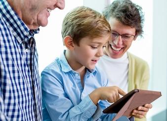 Chico joven familia de dispositivos de usuario