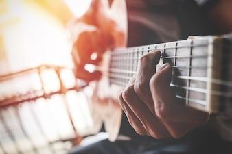 Chicos mano con una guitarra