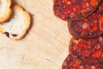 Chorizo cortado en rodajas de cerca