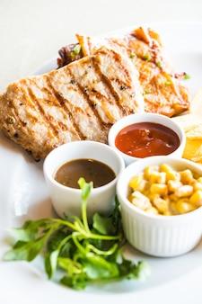 Chuleta de cerdo y bistec de pollo