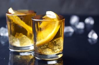 Chupito de alcohol con rodaja de limón