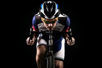 Ciclista con el fondo oscuro