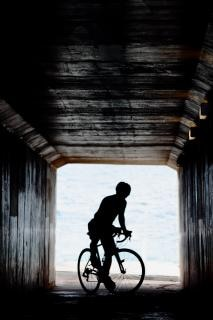 ciclista en el túnel