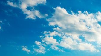 Cielo azul con nubes blancas hinchadas