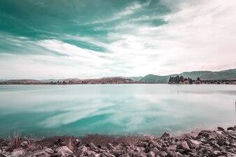 Cielo azul reflejado en el mar