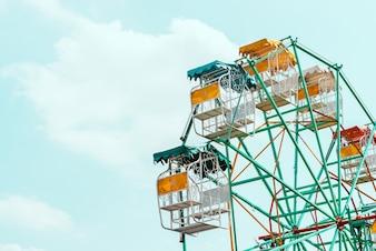 Cielo carnaval parque de verano de fondo