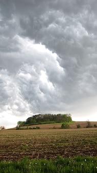 Cielo de tormenta nube nubes oscuro tormenta tierras de cultivo