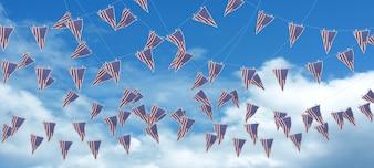 Cielo y banderines del día de la independencia americana