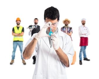 Científico analizando un tubo de ensayo