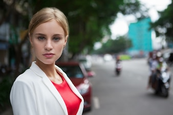 Cierre de la mujer joven con estilo serio en la calle