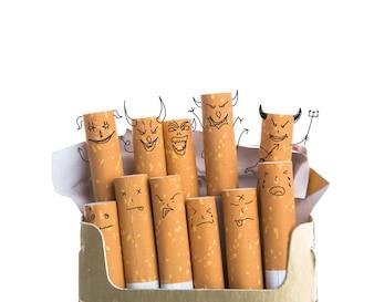 Cigarros con caras diabólicas dibujadas