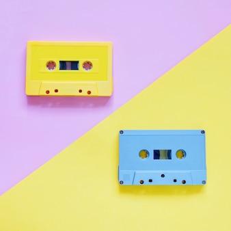 Cintas de cassette retro sobre fondo de color pastel, estilo mínimo