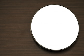 Círculo blanco en una mesa de madera
