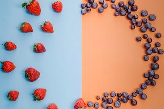 Círculo de fresas y arándanos