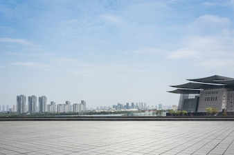 Ciudad con grandes edificios desde lejos