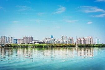 Ciudad de cemento con edificios altos